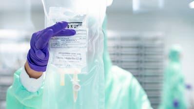 Eine Mitarbeiterin während einer Chemotherapie am Kantonsspital Freiburg. (Bild: Anthony Anex/Keystone, 14. September 2018)
