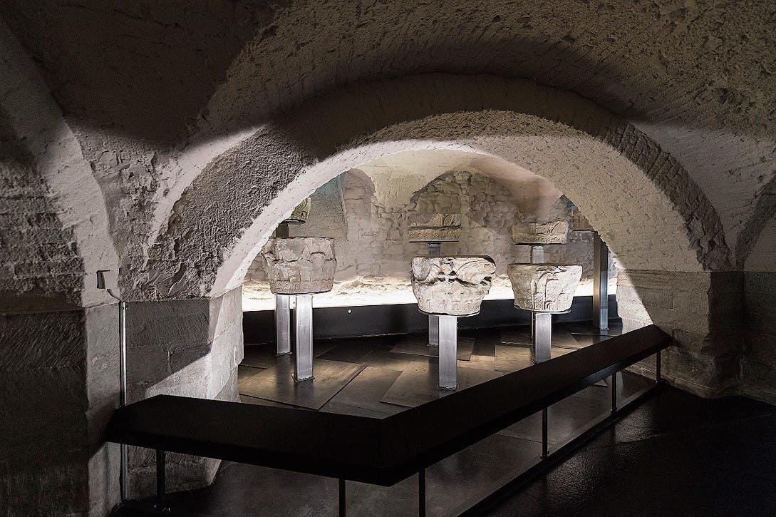 Die karolingischen Kapitelle sind eingebettet in den Gewölbekeller. (Bilder: Hanspeter Schiess)