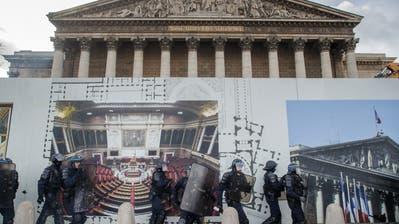 Nur ein harter Polizeieinsatz hielt gewaltbereite Gelbwestenam Wochenende davon ab, die Umzäunungen vor dem Parlament in Paris einzureissen.(Bild: Christophe Petit Tesson/EPA, 9. Februar 2019)