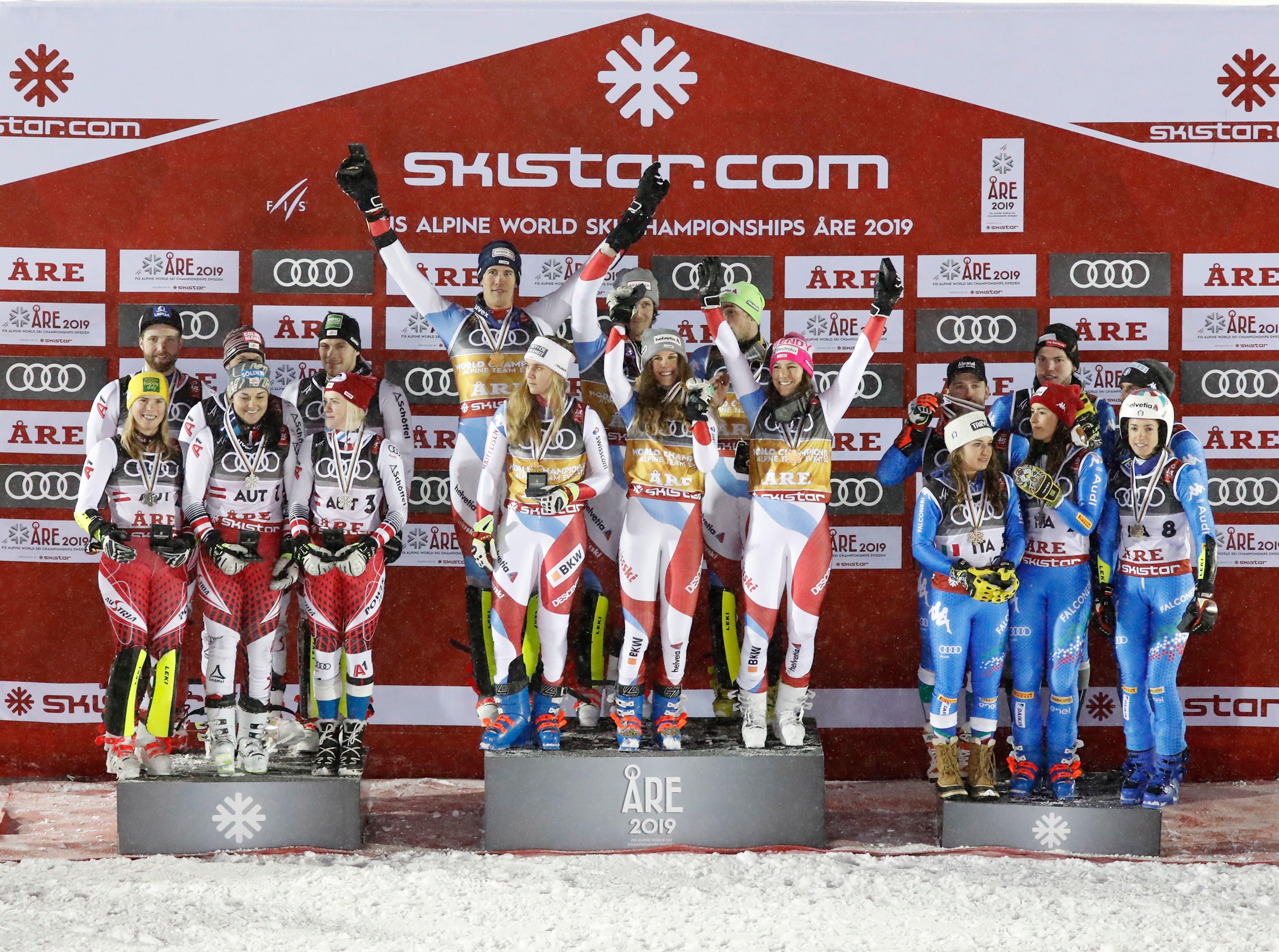 Das österreichische Team (Silber, links) und das italienische Team (Bronze, rechts) bei der Siegerehrung. Das Schweizer Team freut sich über die erste WM-Gold-Medaille (mitte). (Bild: EPA/VALDRIN XHEMAJ)