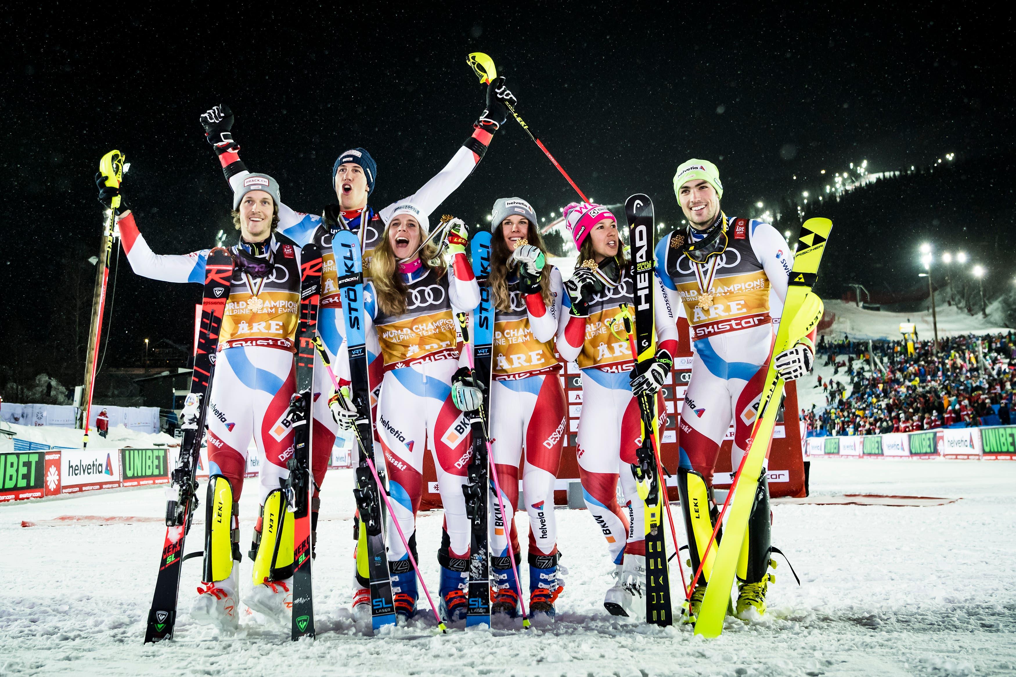 Die Goldmedaillisten freuen sich über ihren Sieg. (Bild: KEYSTONE/Jean-Christophe Bott)