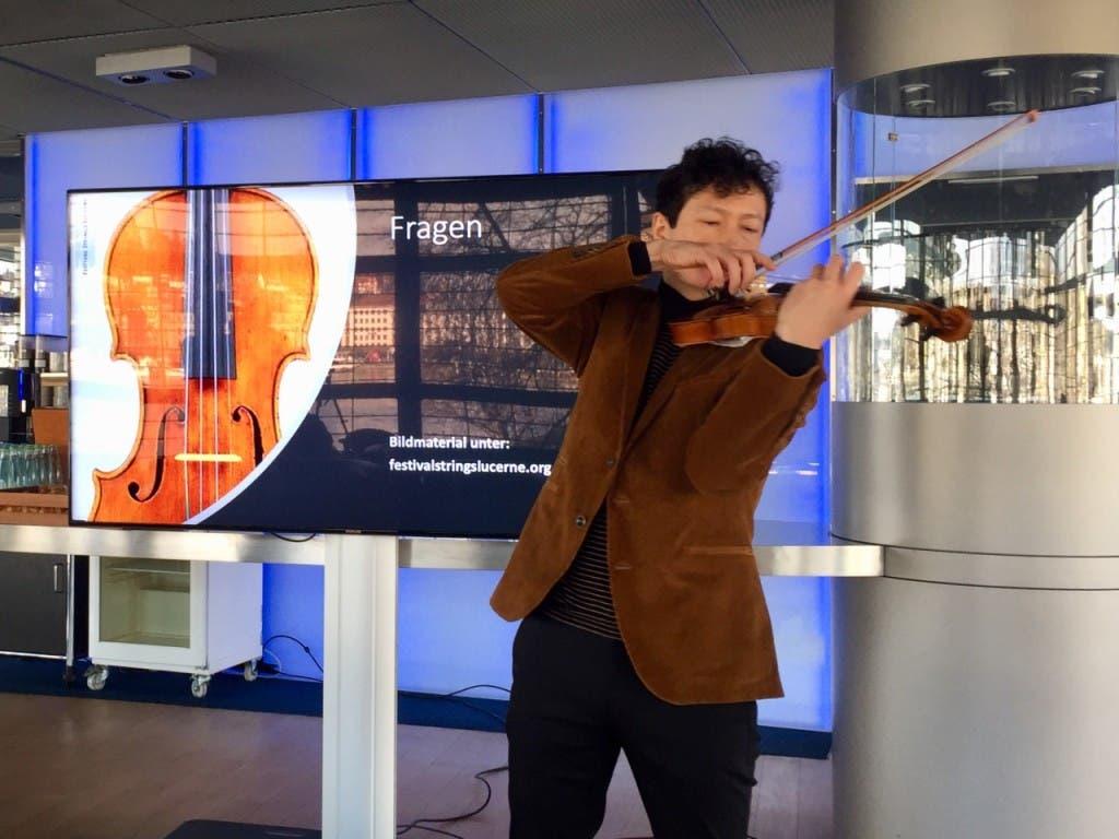 Qual der Wahl: Daniel Dodds, Leiter der Festival Strings, spielt auf der zweiten Stradivari-Geige, die seinem Orchester neu zur Verfügung steht. (Bild: David Kunz/Keystone-SDA)