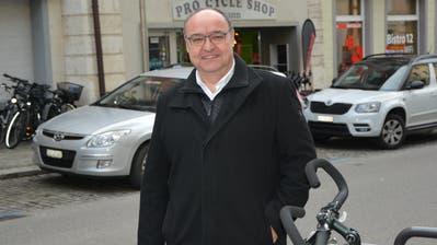 In der Altstadt: Stadtpräsident Markus Birk hinter einem neuinstallierten Veloständer. (Bild: Rahel Haag)
