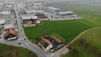 Auf dieser Wiese hinter der alten Käserei Schrofen (Bildmitte unten) soll in ein paar Jahren der neue kantonale Werkhof gebaut werden. (Bild: Reto Martin)