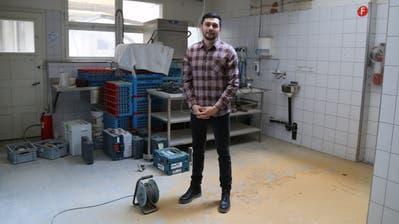 Adam Koc in den Räumen des Ehemaligen Café Schnell. Wo jetzt noch Baumaterial und Staub liegen, soll es ab dem Frühjahr Amerikanische Spezialitäten bei topmodernerRestuaranteinrichtung geben. (Bild: Martin Rechsteiner)