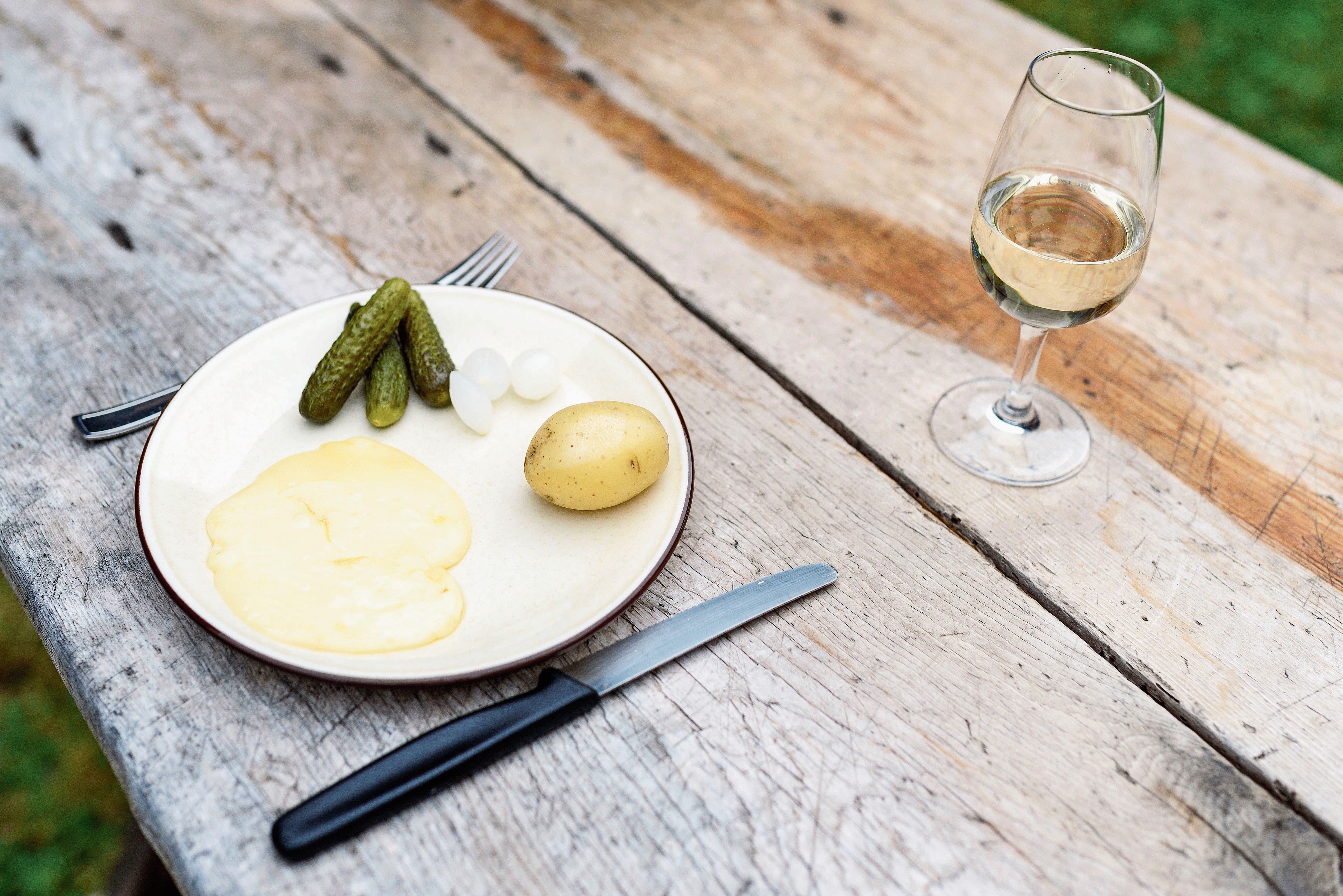 Racletterechner: Der Profi kalkuliert mit 300 g Raclette, 200 g Kartoffeln, je 100 g Cornichons und Silberzwiebeln pro Person. (Bild: PD)
