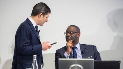 Credit-Suisse-CEO Tidjane Thiam (rechts) spricht mit Adam Gishen, Chef von Investor Relations. Bild: Ennio Leanza/Keystone (Zürich, 14. Februar 2019)
