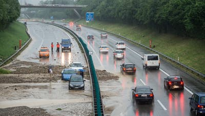 Wasser, Schutt und Schlamm auf der A1 – ein Szenario, welches das Hochwasserschutz-Projekt Region Wil künftig vermeiden will. (Bild: ky/Ennio Leanza)