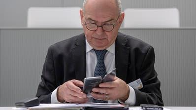 Hat genug vom Blättern: Bundesgerichtspräsident Ulrich Meyer lanciert in Luzern das Digitalisierungsprojekt Justitia 4.0 für die Schweizer Justiz. (Bild: Urs Flüeler / Keystone)
