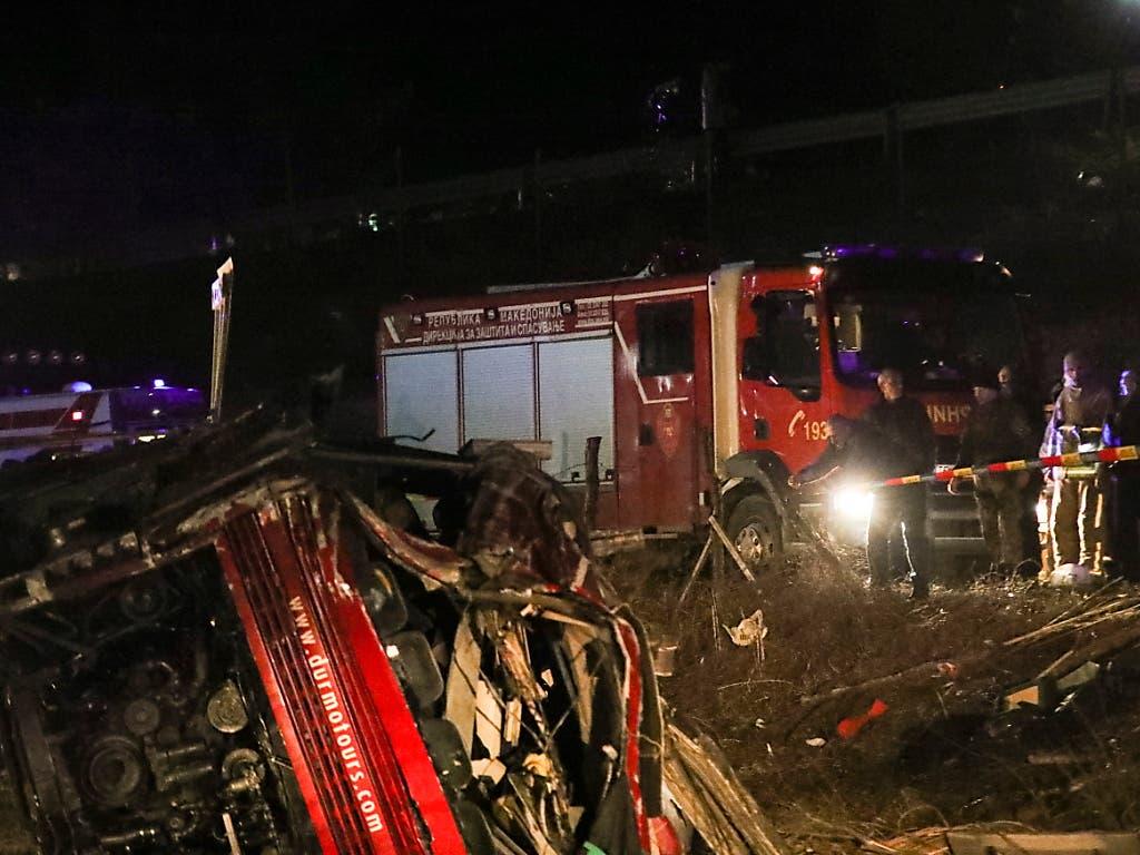 Polizei und Feuerwehr am Wrack des Unfallbusses. In Nordmazedonien starben beim Unfall 14 Menschen. (Bild: KEYSTONE/EPA/FROSINA NASKOVIC)