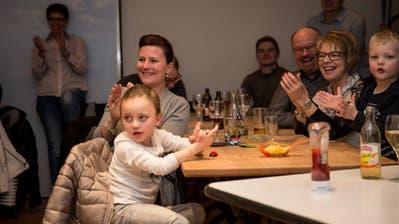 Freunde und Bekannte verfolgen das Rennen von Andrea Ellenberger im Glasi-Restaurant. (Bild: Manuela Jans-Koch (Hergiswil, 14. Februar 2019))