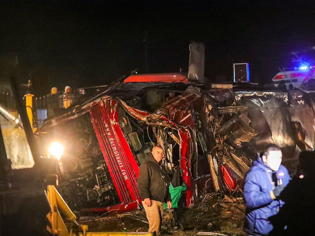 Der Bus durchbrach auf einer Autobahn in Nordmazedonien nahe Skopje eine Leitplanke, kam von der Fahrbahn ab und überschlug sich. (Bild: KEYSTONE/EPA/FROSINA NASKOVIC)
