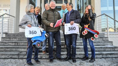 Gemeindepräsident Hans Mäder (vorne, 2.v.l.) nimmt von den Eschliker Grünen die Petition entgegen. (Bild: Olaf Kühne)