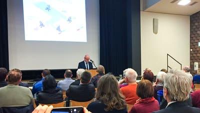 Roger Boxler, künftiger Leiter der Asylregion Ostschweiz, informierte am Freitagabend im Ulrichshaus die Kreuzlinger Bevölkerung. Gerechnet hatte man mit mehr Besuchern, als die etwa 60, die erschienen. (Bild: Andrea Stalder)