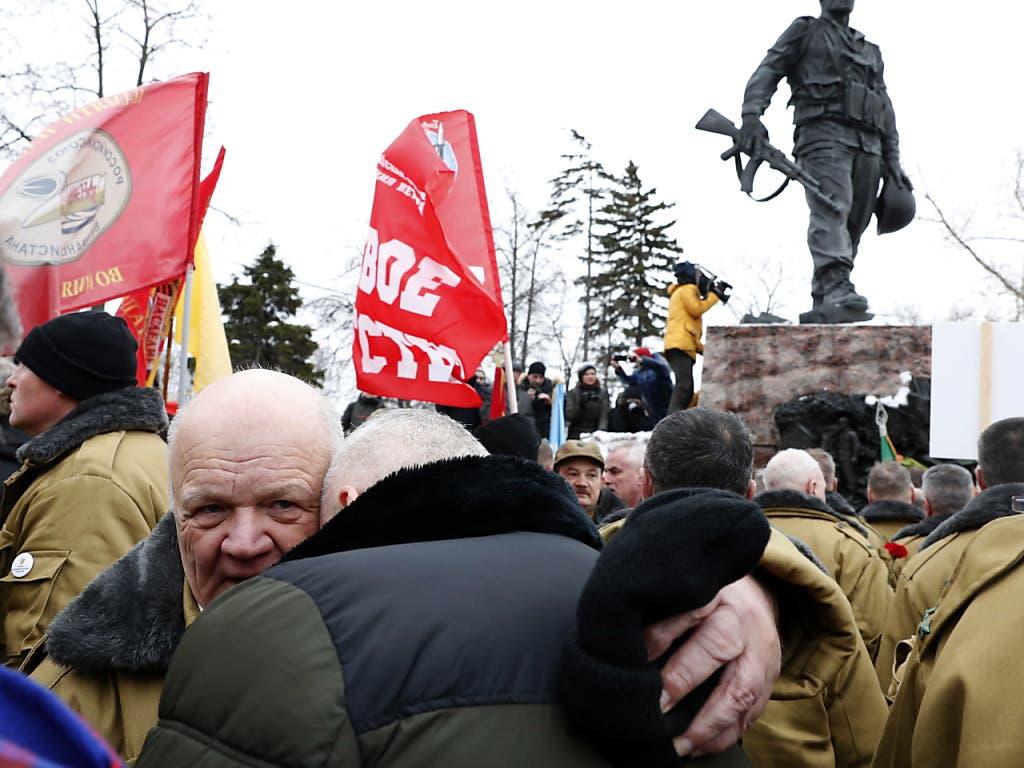 Hunderte Veteranen gedachten am Freitag in Moskau des Abzugs der Sowjetarmee aus Afghanistan vor 30 Jahren. (Bild: KEYSTONE/EPA/MAXIM SHIPENKOV)