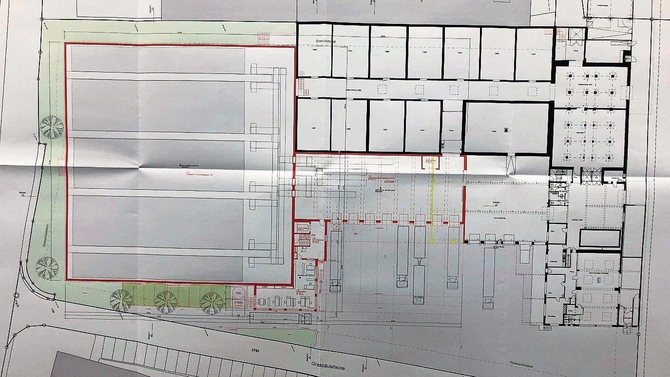 Der Grundriss mit geplantem Neubau (rot), bestehenden Gebäuden (schwarz) und zum Abbruch vorgesehenen Bauten aus Sicht der Grasbäustrasse, über die die Zufahrt erfolgen soll. (Bild: pd)
