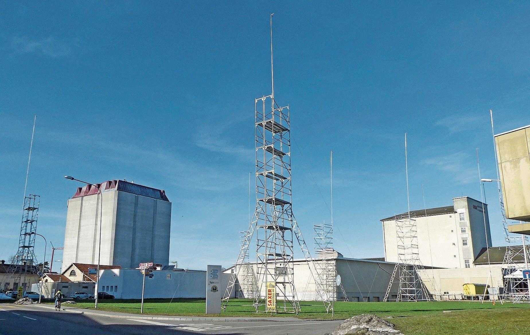Dreissig Meter hoch soll der Neubau der Tiefkühlhalle der GAG Gefrierhaus AG werden. Das neue Gebäude schliesst an die bestehenden Hallen im Hintergrund an. (Bild: Kurt Latzer)