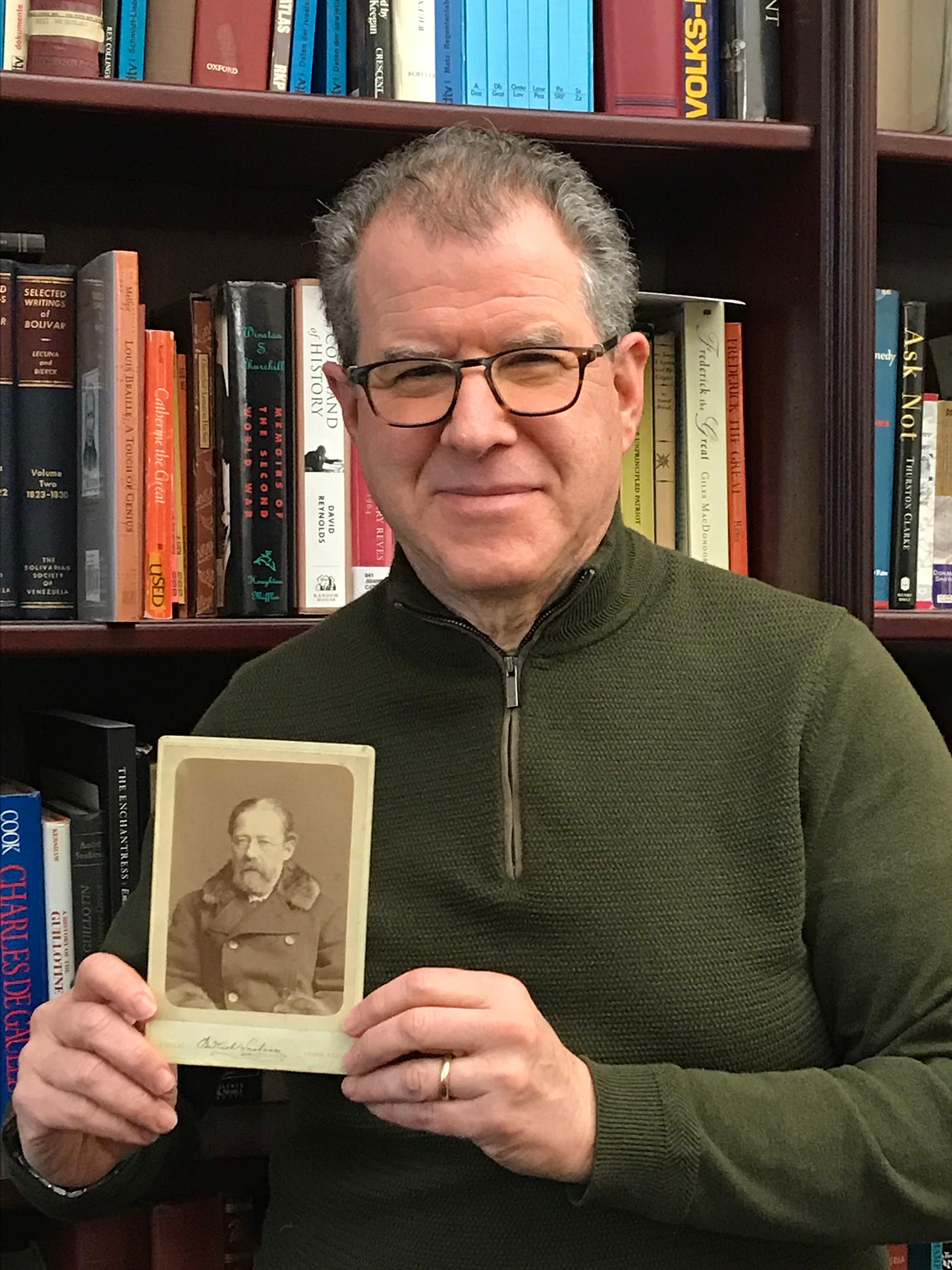 David Löwenherz ist ein international bekannter Experte für die Überprüfung der Echtheit von Autografen.