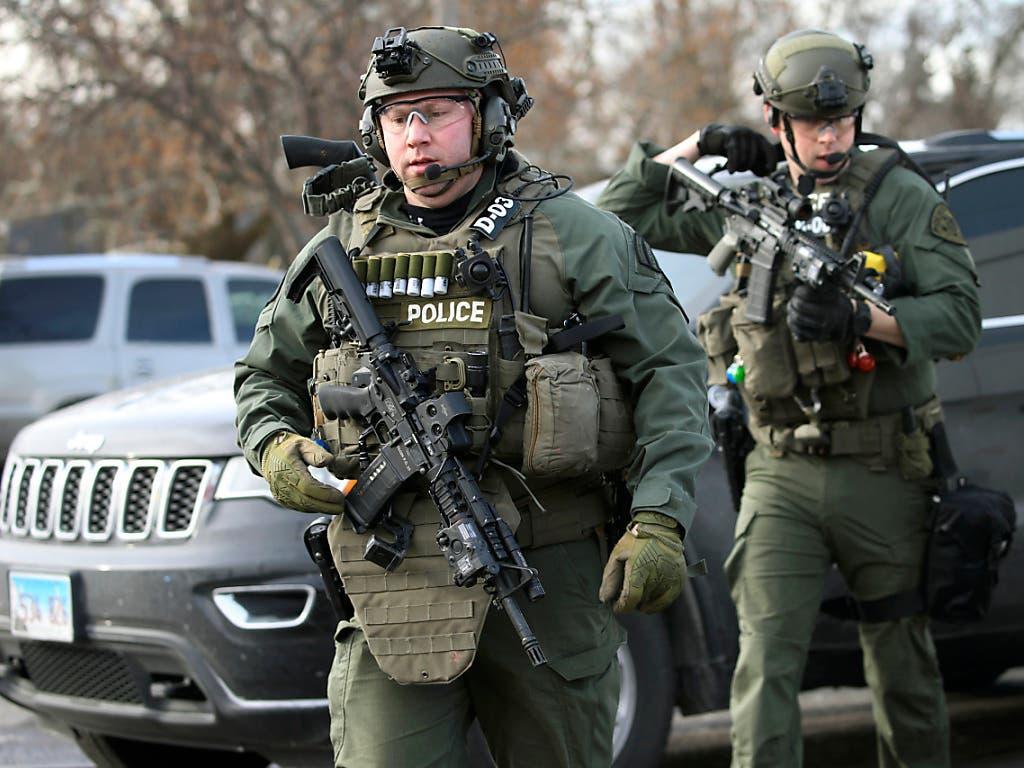 Mehrere Polizisten wurden beim Eintreffen am Tatort vom Schützen beschossen und verletzt. (Bild: KEYSTONE/AP Chicago Tribune/ANTONIO PEREZ)