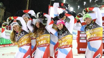 Das Schweizer Team feiert den Sieg beim Team Event. (Bild: Marco Trovati/AP Photo (12. Februar 2019))
