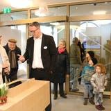 Hunderte von Neugierigen liessen sich am Samstag vom Acrevis-Personal über die Möglichkeiten des Schalters der Zukunft ins Bild setzen. Unter ihnen auch Geri und Susanne Kasper. (Bild: Christof Lampart)