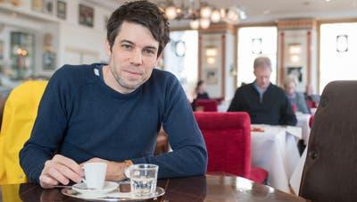 Glaubt nicht an den freien Willen: Niko Stoifberg im Café de Ville in Luzern. (Bild: Boris Bürgisser, 14. Februar 2019)