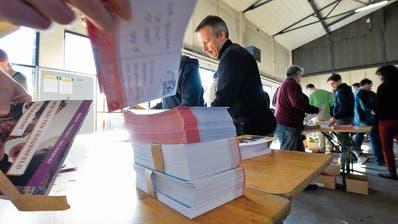 Auch amtierende Gemeinderäte wie Christian Mader machen im Busdepot ihre Runden um die Tische mit den Prospekten. (Bilder: Donato Caspari)