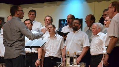 Daniel Stamm dirigiert den Männerchor Neubrunn. (Bild: Christoph Heer)