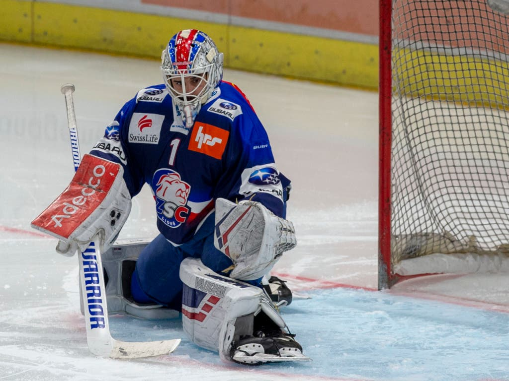 Niklas Schlegel, nächste Saison Goalie in Bern, kassierte bei ZSC - Bern kein Gegentor. Schlegel ersetzte ab der 21. Minute den glücklosen Lukas Flüeler (Bild: KEYSTONE/PATRICK B. KRAEMER)