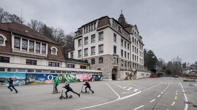 Das Schulhaus St. Karli mit dem grossen Pausenplatz. Der bunt bemalte Anbau soll abgerissen werden. (Bild: Pius Amrein, Luzern, 10. Februar 2017)