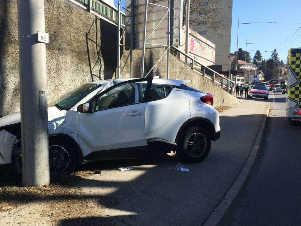 Die Fahrt eines 94-jährigen Automobilisten führte zu Blechschäden und endete für drei korrekt fahrende Autofahrer im Spital. (Bild: Kantonspolizei Freiburg)