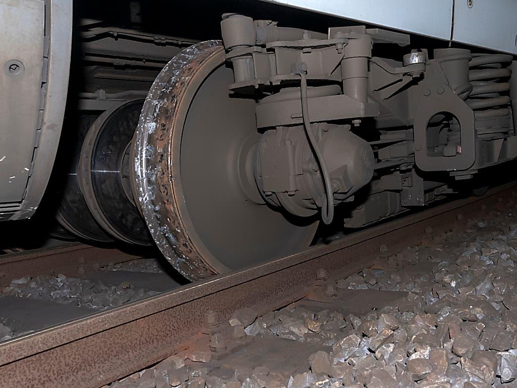 Am Zug und an den Gleisanlagen entstand Sachschaden in noch unbekannter Höhe. (Bild: KEYSTONE/GEORGIOS KEFALAS)