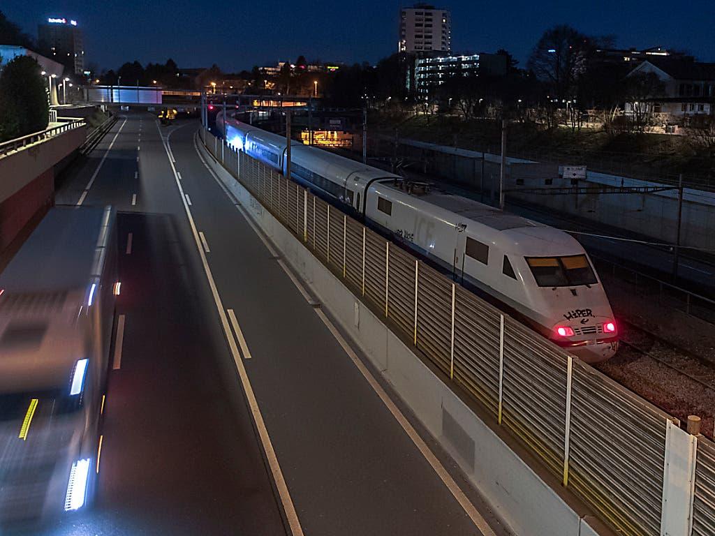 Der entgleiste Intercity-Zug (ICE) zwischen dem Badischen Bahnhof und dem Bahnhof Basel SBB. (Bild: KEYSTONE/GEORGIOS KEFALAS)