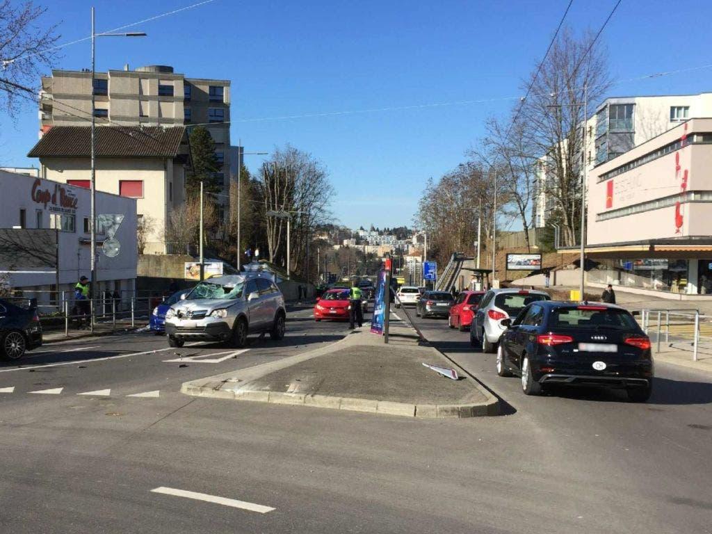 Drei Verletzte und ein beträchtlicher Sachschaden verursachte ein 94-jähriger Autofahrer am Montagmorgen. (Bild: Kantonspolizei Freiburg)