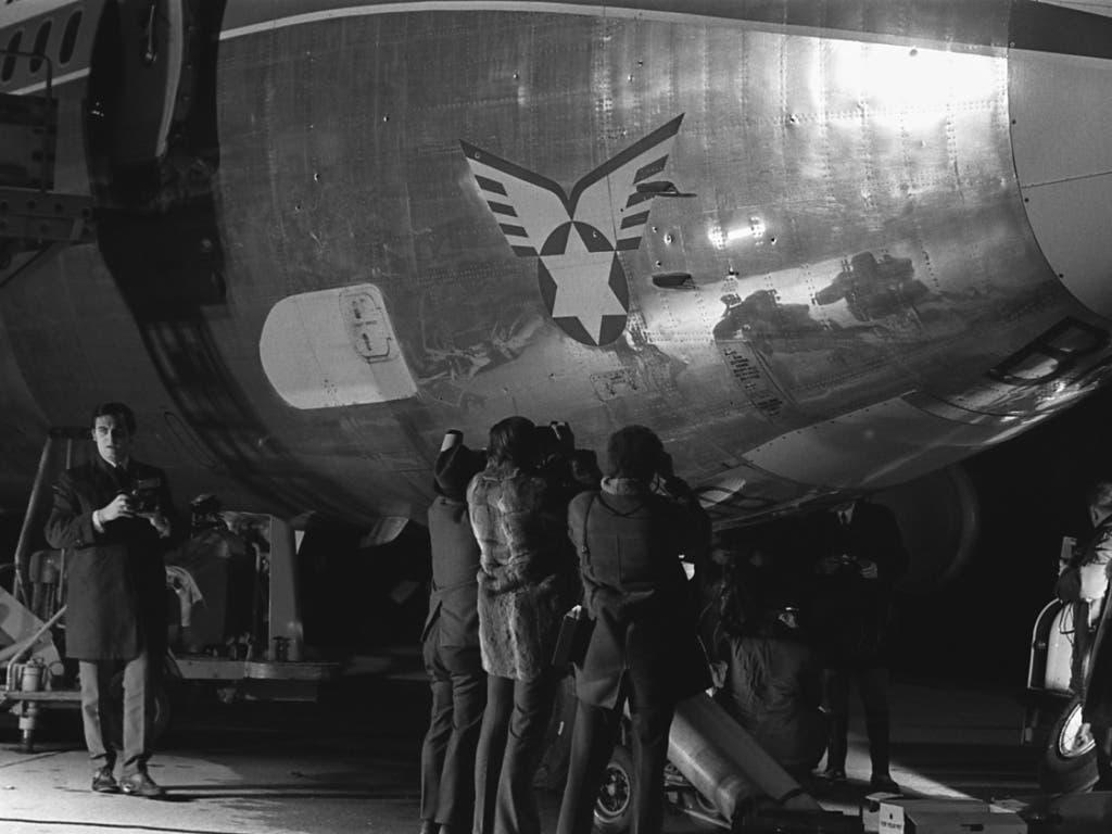 ARCHIVE --- Die Einschüsse der Boeing 720b der israelischen Fluggesellschaft El-Al werden von Fotografen abgelichtet. Die Maschine wurde am 18. Februar 1969 beim Abflug am Abend von vier Terroristen mit Maschinenpistolen beschossen. (KEYSTONE/Str) (Bild: KEYSTONE/STR)