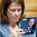 FDP-Parteipräsidentin Petra Gössi studiert einen Flyer von Parteikollege Christian Wasserfallen. (Bild: Peter Klaunzer/Keystone (Bern, 31. Mai 2017))