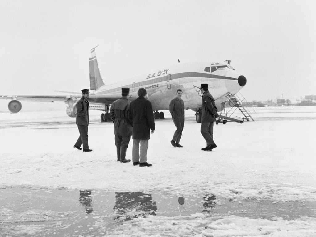 ARCHIVE --- Sicherheitsbeamte und Reporter betrachten am 19. Februar 1969 auf dem Flughafen Zürich-Kloten die El-Al-Maschine, die in der Nacht zuvor von einem Kommando der «Volksfront für die Befreiung Palästinas» beschossen worden ist. (KEYSTONE/PHOTOPRESS-ARCHIV/Str) (Bild: KEYSTONE/PHOTOPRESS-ARCHIV/STR)