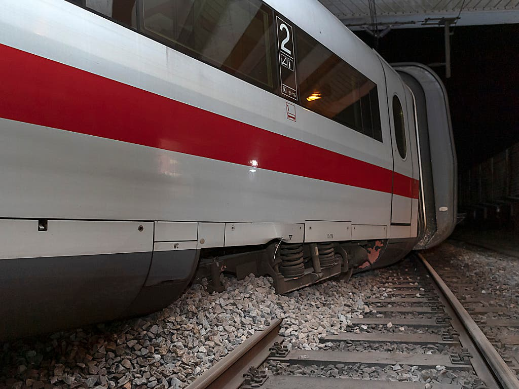 Ein Wagen des entgleisten Intercity-Zuges. An Bord waren rund 240 Personen. Verletzt wurde bei dem Unfall niemand. (Bild: KEYSTONE/GEORGIOS KEFALAS)