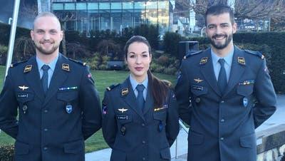Die künftigen Kampfjetpiloten David Zuber, Fanny Chollet und Jean-Charles Linsi (von links) posieren an der Brevetierungsfeieram 15. Dezember 2017. (Bild: Schweizer Armee)