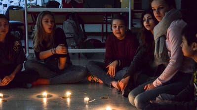 Der Schulbetrieb findet in Balterswil ausnahmsweise bei Kerzenlicht statt. (Bilder: Christoph Heer)