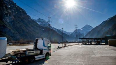 Ein Lastwagen nähert sich dem Schwerverkehrszentrum in Erstfeld, wo seit 2009 Fahrzeuge und Chauffeure überprüft werden. (Bild: Eveline Beerkircher, 18. Februar 2019)