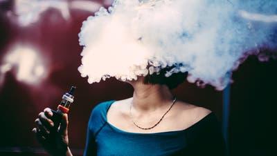 Kopf in den Wolken: Künftig werden nur noch Erwachsene E-Zigaretten paffen dürfen. (Bild: Getty)