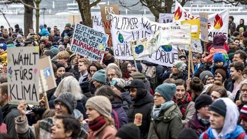 Jung und Alt demonstrieren in Luzern für eine griffige Klimapolitik. (Bild: Pius Amrein (Luzern, 2. Februar 2019))