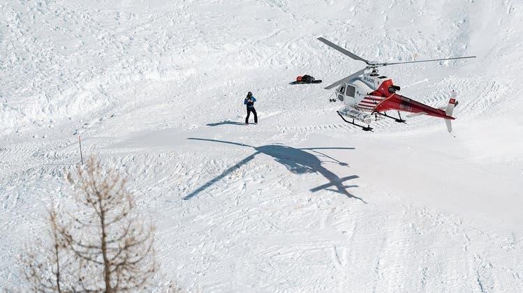 Ein Helikopter der Air Glacier gestern über der Unglücksstelle: Die Suche nach möglichen weiteren Verschütteten wurde gestern Vormittag eingestellt. (Bild: Jean-Christophe Bott/Keystone; Crans-Montana, 20. Februar )