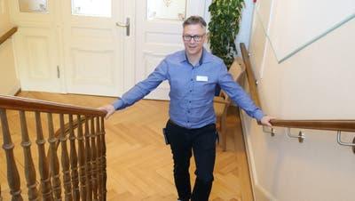 Peter Krüsi, Geschäftsführer des Schloss Berg steht im Treppenhaus mit dem neu angebrachten Geländer. (Bild: PD)