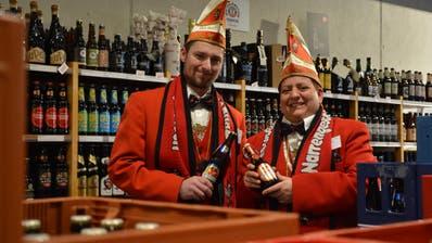 Die Murganesen-Festwirte Marco Fässler und Saskia Egli bei Hahn, dem Getränkehändler ihres Vertrauens. (Bild: Mathias Frei)