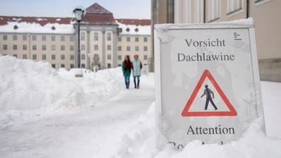Ein Schild macht darauf aufmerksam, dass die Gefahr von Dachlawinen besteht. (Bild: Urs Bucher)