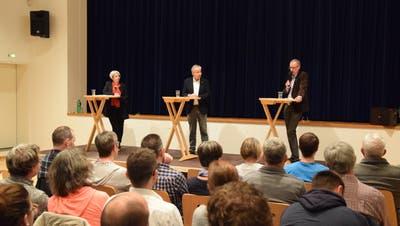 Caroline Bartholet (links) und Christoph Koenig (rechts) stellen sich den Fragen Jean-Claude Kleiners (Mitte) und des Publikums. (Bilder: Tobias Söldi)