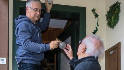Hilfe beim Wechseln der Glühbirne: eine Einsatzmöglichkeit der neuen Nachbarschaftshilfe.Bilder: PD