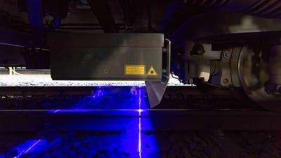 Die Gleismesstechnik misst mit sechs Lasersensoren die relevanten Geometriedaten der Geleise. (Bild: Eveline Beerkircher, Luzern, 21. Februar 2019)